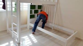 Jour mobile, installant des meubles de Chambre Images libres de droits