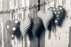 Jour noir et blanc du ` s de Valentine de photo Coeurs sur un fond blanc en bois Photos libres de droits
