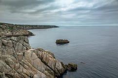 Jour nuageux au-dessus de côte rocheuse Angleterre des Cornouailles image stock