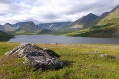 Jour nuageux d'août au-dessus du grand lac Hadatayoganlor Yamal, Russie photos stock