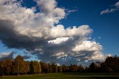 Jour nuageux d'automne en parc photographie stock libre de droits