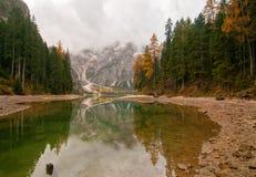 Jour nuageux d'automne sur le lac Braies, Pragser Wildsee Image libre de droits