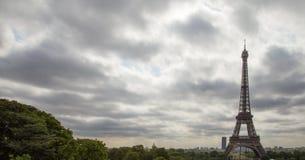 Jour nuageux de Tour Eiffel et de Paris Photos stock