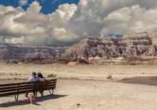 Jour nuageux en parc géologique de Timna, les couples des aînés regardent des montagnes Photos stock