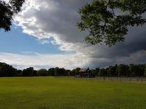 Jour nuageux en stationnement photos libres de droits