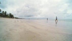 Jour nuageux ? la plage banque de vidéos