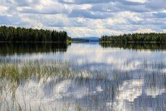 Jour nuageux sur le lac Image libre de droits