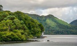 Jour nuageux sur le lac Muckross, Killarney, Irlande photographie stock libre de droits
