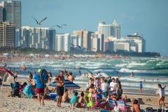 Jour occupé dans la plage du sud photos stock