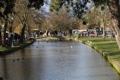 Jour occupé en Bourton-Sur-Le-eau Photographie stock libre de droits
