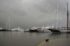 Jour pluvieux et yachts dans une rangée à la marina Zeas dans le port de Le Pirée Image stock