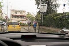 Jour pluvieux Vue de l'intérieur d'une voiture Photo stock