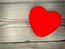 Jour rouge du ` s de valentine d'amour de coeur sur le fond en bois Photo libre de droits