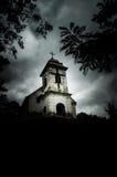 jour Sinistre-nuageux au-dessus d'église de Holly Cross (Vrsac, Serbie) Images stock