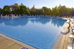 Jour solaire lumineux vide de piscine Photographie stock