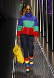 Jourdan Dunn går landningsbanan på de eniga färgerna av den Benetton showen på Milan Fashion Week Autumn /Winter 2019/20 arkivbild