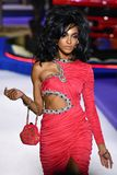 Jourdan Dunn går landningsbanan på den Moschino showen på Milan Fashion Week Autumn /Winter 2019/20 arkivbild