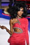 Jourdan Dunn går landningsbanan på den Moschino showen på Milan Fashion Week Autumn /Winter 2019/20 royaltyfria bilder