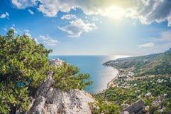 Journée de paysage vue d'une haute montagne sur la côte de la mer photos stock