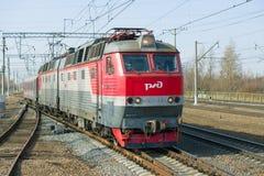 Journée de printemps ensoleillée en gros plan électrique en deux parties de la locomotive ChS7-156 de passager Image stock
