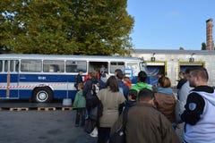 Journée 'portes ouvertes' de public sur le garage de 40 ans Cinkota V d'autobus Image libre de droits