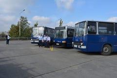 Journée 'portes ouvertes' de public sur le garage de 40 ans Cinkota XIII d'autobus Image stock
