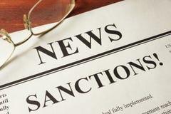 Journal avec des actualités et des sanctions de mot Photographie stock libre de droits