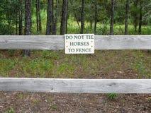 Journal de cheval et signe de frontière de sécurité Photos libres de droits