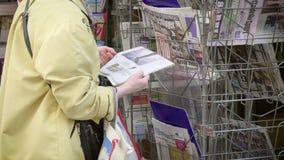 journal de kiosque de presse comportant le Parlement europ?en 2019 banque de vidéos