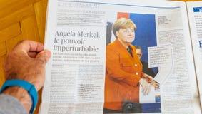 Journal de Le Figaro rapportant au sujet de l'élection d'Angela Merkel à la GE photos stock