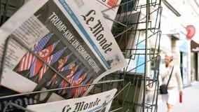 Journal de Le Monde et sommet Singapour de Kim Trump banque de vidéos