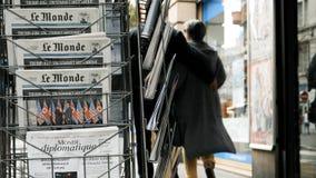 Journal de Le Monde de Français au sujet de sommet Singapour de Kim d'atout banque de vidéos