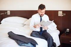 Journal de lecture d'homme d'affaires pendant le matin Photographie stock