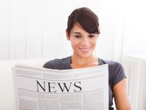 Journal de lecture de femme Photographie stock libre de droits