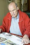 Journal du relevé d'homme aîné Photographie stock