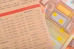 Journal en gros plan avec d'euro billets de banque Image libre de droits