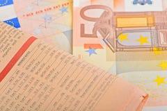 Journal en gros plan avec d'euro billets de banque Photos libres de droits
