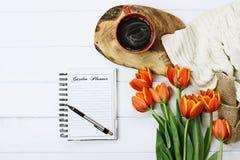 Journal et café de jardin images stock