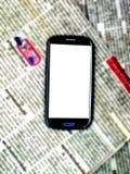Journal et Smartphone de tache floue photos stock