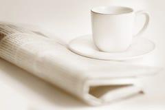Journal et une cuvette de café Image stock