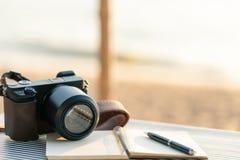 Journal intime avec le stylo placé sur la table de plage Le côté vide est un b image libre de droits