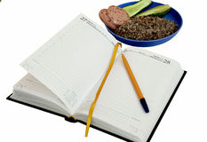 Journal intime avec un étudiant d'obezh de dîner de petit déjeuner de matin de stylo oui Photos stock