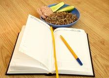 Journal intime avec un étudiant d'obezh de dîner de petit déjeuner de matin de stylo oui Images libres de droits