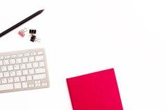 Journal intime, clavier, et crayon roses sur le fond blanc Concept plat de configuration du lieu de travail dans le bureau pour l Photo stock