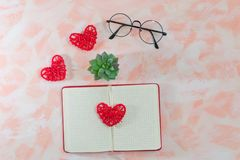 Journal intime, coeurs, verres et cactus ouverts sur le fond rose photographie stock libre de droits