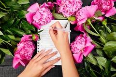 Journal intime d'écriture de main de femme Image libre de droits