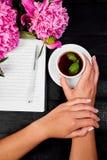 Journal intime d'écriture de main de femme avec du café Photos libres de droits