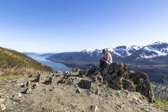 Journal intime d'écriture sur le dessus de montagne Photographie stock