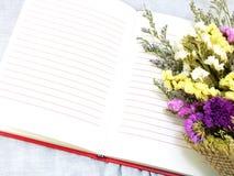 Journal intime de carnet et beau fond de bouquet de fleur Photos stock