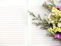 Journal intime de carnet et beau fond de bouquet de fleur artificielle Images stock